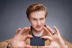 A mão do homem que mostra o cartão Fotografia de Stock