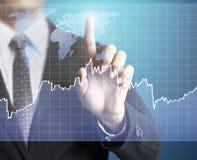 Mão do homem que mostra o gráfico Fotos de Stock