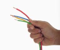 Mão do homem que prende pouco fio elétrico Foto de Stock Royalty Free