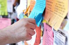 Mão do homem que rasga fora do anúncio foto de stock royalty free