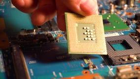 Mão do homem que toma o processador do cartão-matriz filme