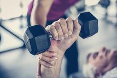 Mão do homem superior Guardando o peso Exercício do homem no imagem de stock