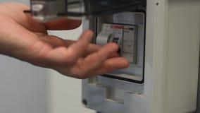 Mão do interruptor do pino de madeira da eletricidade da fábrica vídeos de arquivo