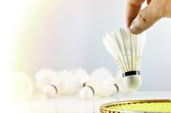 Mão do jogador do badminton com raquete e peteca Imagens de Stock