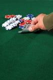 Mão do jogador do póquer que mostra dois ás Fotos de Stock