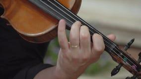 Mão do músico que joga arpejos no violino FDV video estoque