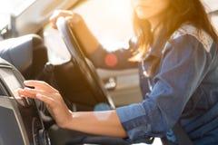 Mão do motorista da mulher que toca em entrar da tela imagem de stock royalty free