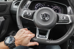 Mão do motorista de Volkswagen Tiguan Fotos de Stock