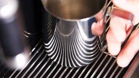 A mão do movimento lento do close up toma o copo da máquina do café filme