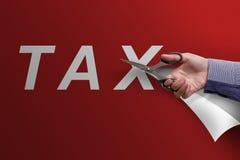 Mão do negócio com as tesouras que cortam a palavra do imposto Imagem de Stock