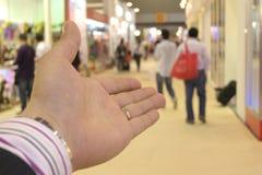 A mão do negócio introduz Imagens de Stock Royalty Free