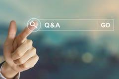 Mão do negócio que clica o Q&A ou o botão da pergunta e resposta no gatilho fotografia de stock