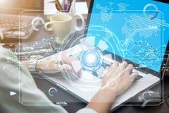 Mão do negócio que datilografa no teclado de computador com tecnologia futura fotos de stock