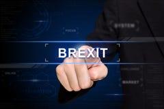 Mão do negócio que empurra o brexit ou o botão britânico da saída em s virtual Imagens de Stock Royalty Free