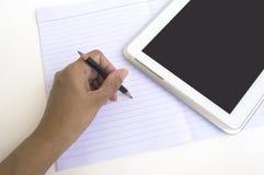 A mão do negócio toma uma nota no papel vazio Fotos de Stock