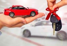 Mão do negociante com uma chave do carro Fotografia de Stock
