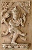 A mão do Nepali cinzelou o painel de madeira com projeto tradicional Fotos de Stock Royalty Free