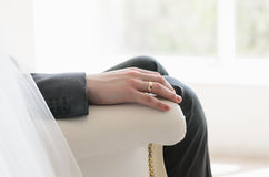 Mão do noivo com um anel Fotografia de Stock Royalty Free