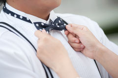 Mão do noivo e da noiva com curva Fotografia de Stock Royalty Free