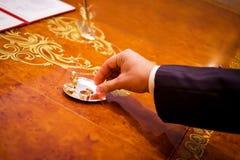 Mão do noivo que toma o anel imagens de stock