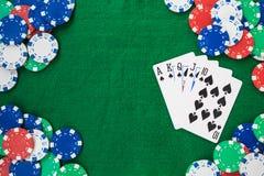 Mão do pôquer, do resplendor reto e do quadro das microplaquetas em um fundo verde sentido Espaço da vista superior e da cópia imagem de stock royalty free