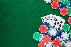 Mão do pôquer, do resplendor reto e do quadro das microplaquetas em um fundo verde sentido Espaço da vista superior e da cópia foto de stock royalty free
