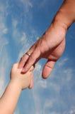 Mão do pai da terra arrendada do miúdo Imagem de Stock