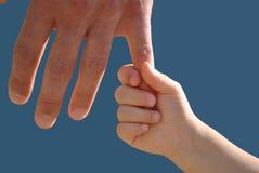 Mão do paizinho e da filha Foto de Stock