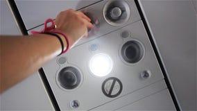 A mão do passageiro gerencie sobre a luz no plano Close-up vídeos de arquivo