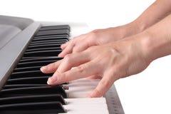 A mão do pianista que joga o piano Imagem de Stock Royalty Free