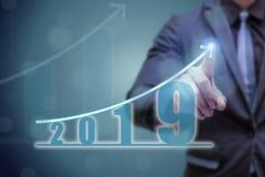 Mão do ponto do homem de negócio na parte superior do gráfico da seta com taxa de crescimento alta O sucesso e o gráfico crescent imagens de stock