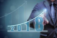 Mão do ponto do homem de negócio na parte superior do gráfico da seta com taxa de crescimento alta O sucesso e o gráfico crescent Imagens de Stock Royalty Free