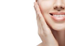 Mão do queixo dos dentes do sorriso dos bordos Retrato da beleza da mulher isolado no fim do branco acima fotografia de stock royalty free