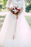 Mão do recém-casado com ramalhete Imagens de Stock