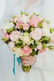 Mão do recém-casado com ramalhete Fotografia de Stock Royalty Free