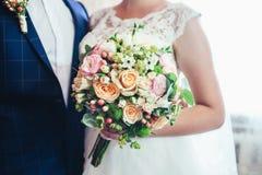 Mão do recém-casado com ramalhete Imagem de Stock