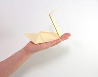 Mão do ` s da criança com cisne amarela Foto de Stock