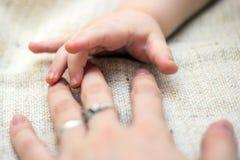 Mão do ` s da mãe do toque do bebê imagem de stock royalty free
