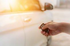 A mão do ` s da mulher abre o carro com chave do telecontrole do carro fotografia de stock royalty free