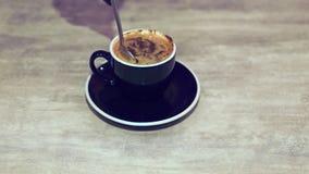 A mão do ` s da mulher agita o café com uma colher video estoque