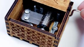 Mão do ` s da mulher que abre e que joga uma caixa de música O macro do mecanismo e das engrenagens da caixa de música que giram  video estoque
