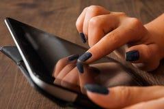 Mão do ` s da mulher que aponta, tocando e usando na tabuleta Imagem de Stock Royalty Free
