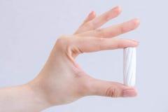 Mão do ` s da mulher que guarda o close-up limpo do tampão do algodão Jovem mulher que prepara o tempo da menstruação Mulher maci Foto de Stock