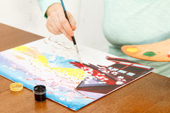 Mão do ` s da mulher que pinta a paisagem japonesa Imagens de Stock Royalty Free