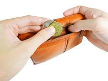 Mão do ` s da mulher que toma moedas australianas da carteira com grampeamento imagens de stock royalty free
