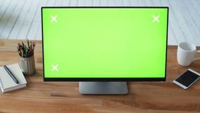 Mão do ` s da mulher usando o PC com o monitor verde do tela táctil filme