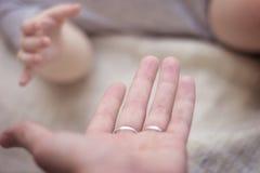 Mão do ` s das crianças que guarda as mãos adultas Fotos de Stock Royalty Free