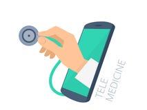 Mão do ` s do doutor que guarda o estetoscópio através da verificação da tela do telefone Imagens de Stock