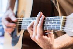 Mão do ` s do homem com guitarra Imagens de Stock