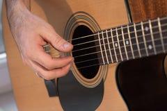 Mão do ` s do homem com guitarra Imagem de Stock